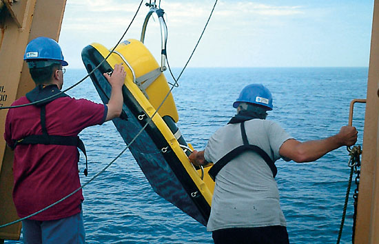The research team towed a low-frequency broadband imaging sonar near fish schools. For comparison, they also collected sound data from a conventional high-frequency hull-mounted sonar system.