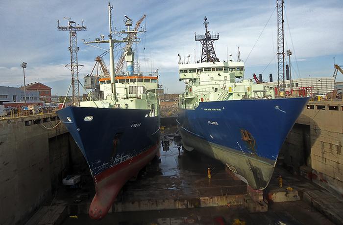 Knor and Atlantis in drydock