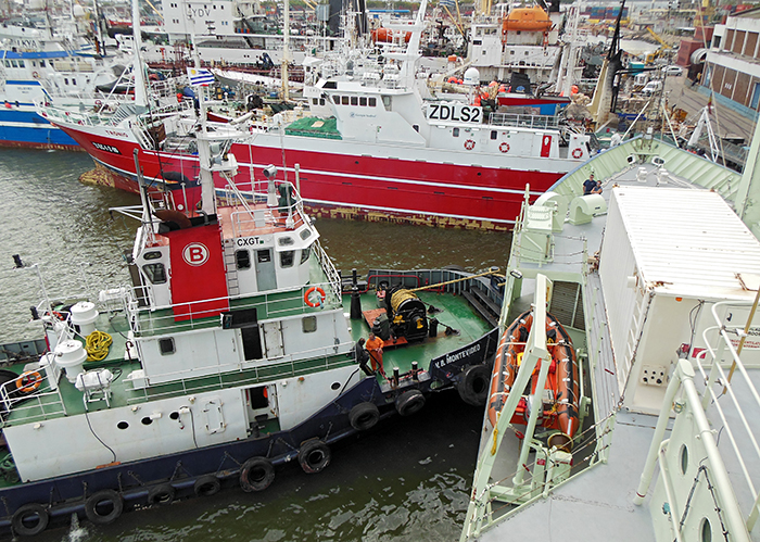 A tug assists R/V Knorr