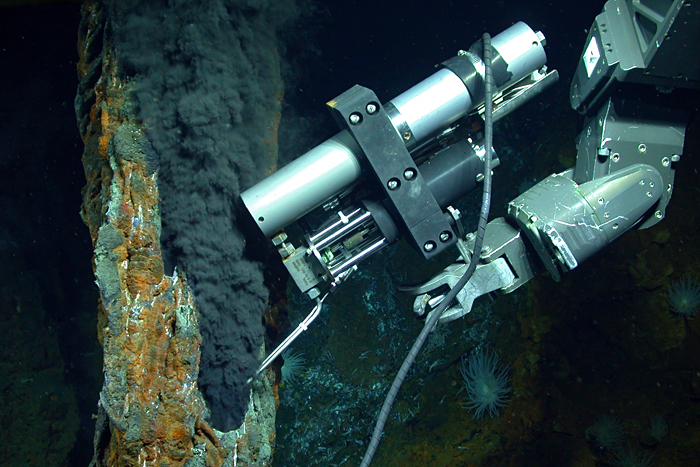 Isobaric gas-tight sampler taking sample from vent at Mid-Cayman Rise