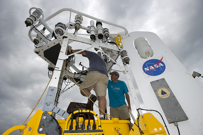 technicians prepare buoy for SPURS cruise