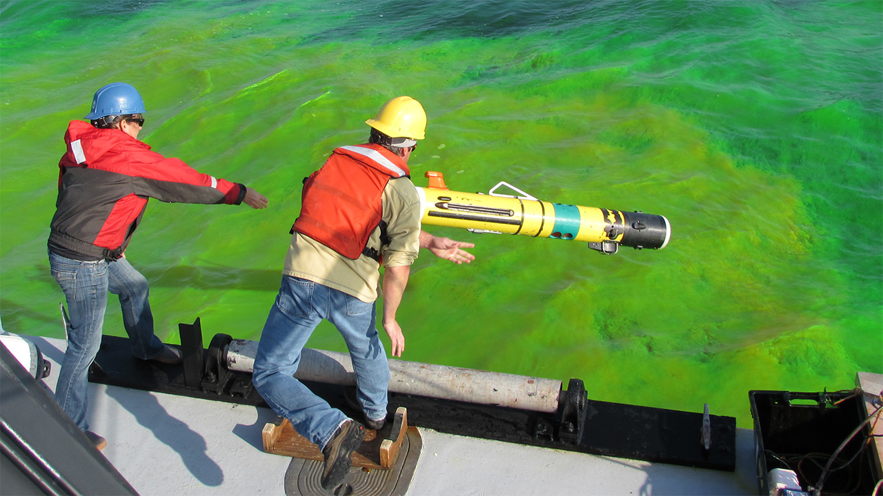 Amy Kukulya launches REMUS to track simiulated oil spill