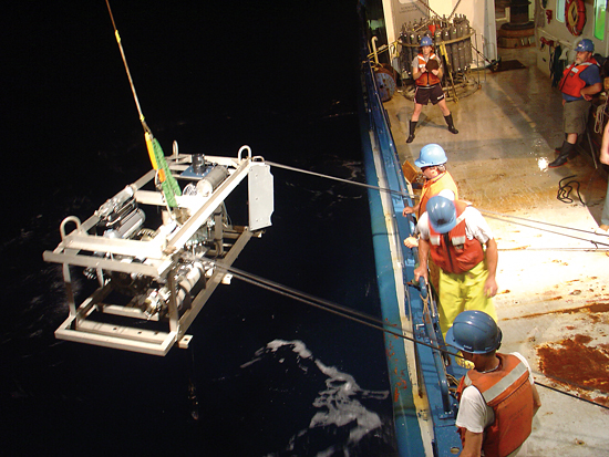Researchers on R/V Oceanus deploy a sampling sled.