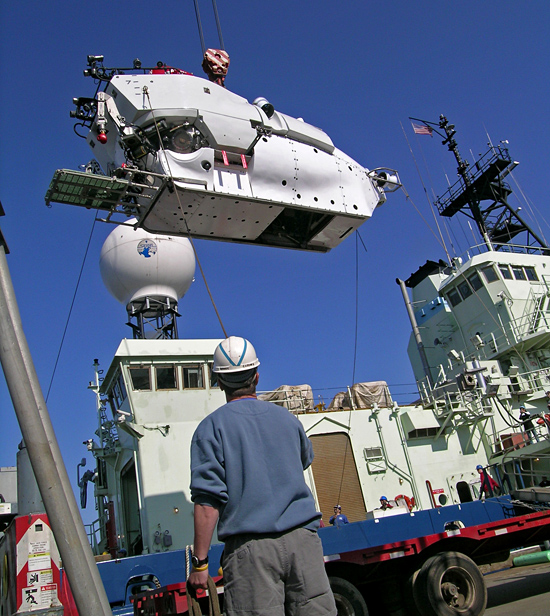 crane lifting DSV Alvin onto R/V Atlantis
