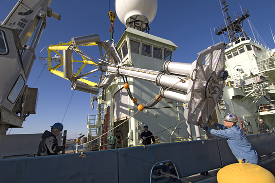 SPAR buoy being loaded onto R/V Atlantis for CLIMODE