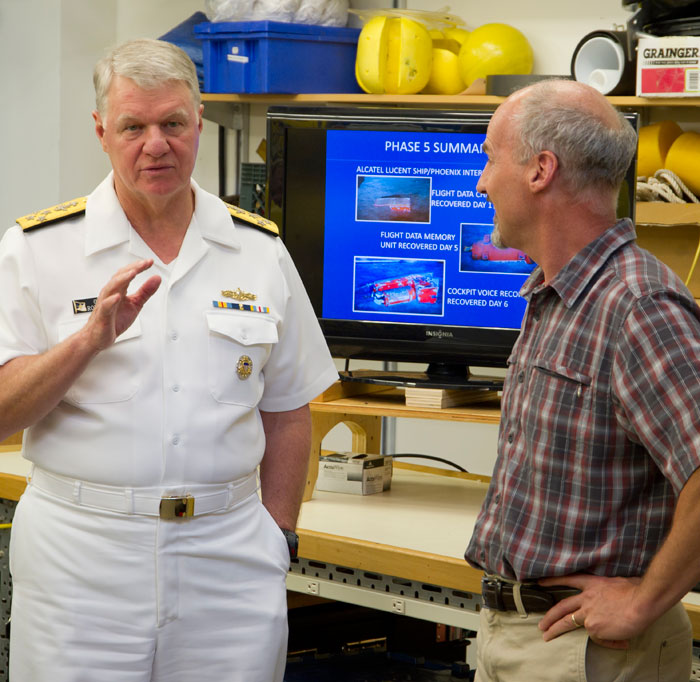 Admiral Gary Roughead with Mike Purcell in the REMUS lab