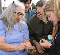 Mary Carman shows tunicates to journalism fellows