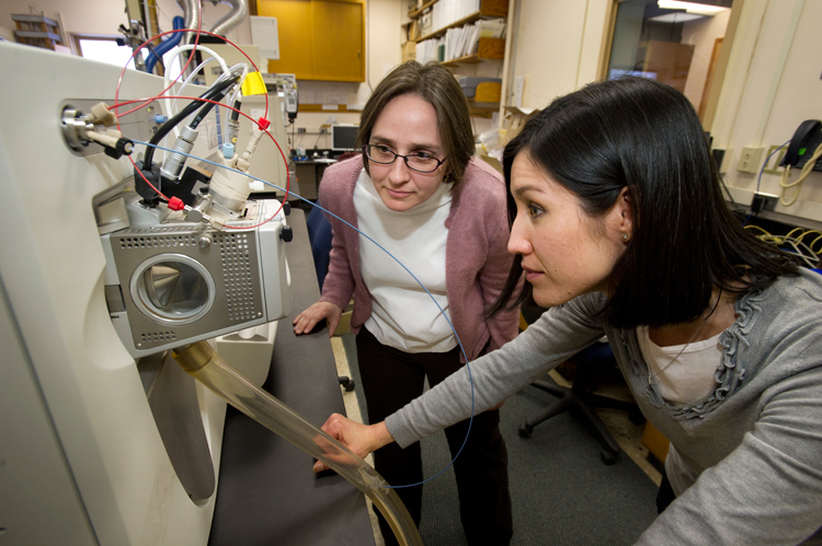 Liz Kujawinski in the lab with Melissa Soule