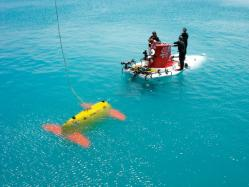 Sentry meets the submersible Alvin during a testing expedition off Bermuda in April 2006. (Photo by Chris German, Woods Hole Oceanographic Institution)