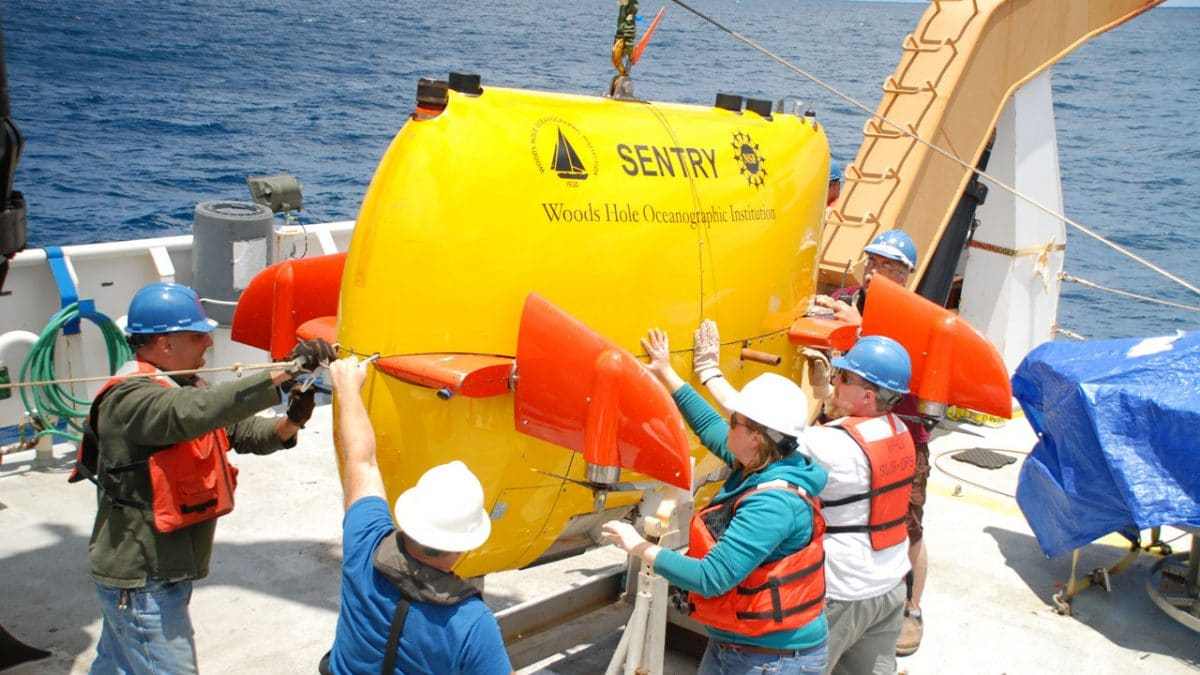 WHOI to Assist in NTSB Search for El Faro Data Recorder