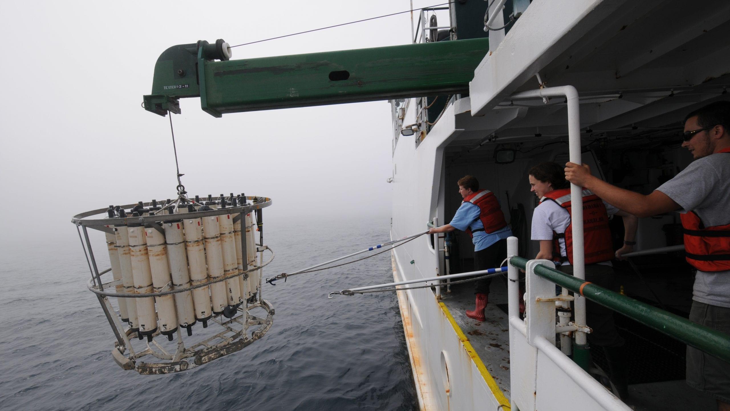 2011年6月に行われた最初の国際調査航海では、福島第一原発付近沿岸から482キロメートル以上沖合までの放射性核種の拡散を追跡した。過去10年以上にわたり、科学者、技術者、一般市民が、発電所近海からカナダ及びアメリカ合衆国の西海岸の広範囲において、海水、堆積物、海洋生物のサンプルを採取してきた。(撮影:ケン・コステル、©ウッズホール海洋研究所)