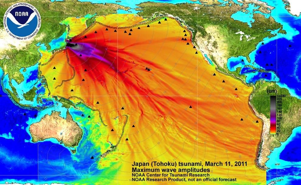 福島第一原発の事故後、誤った情報が拡散し、科学者や政府関係者の情報へ対する世間の不信感が高まった。一般的に誤って伝わったもののひとつの例として、福島第一原発でメルトダウンした直後の放射性物質の広がりを示した地図と思われたものは、実際には地震後に太平洋を横断する津波モデルの分布図であった。 (米国海洋大気庁太平洋海洋環境研究所より転載)