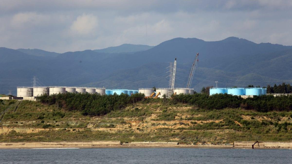 2011年3月11日に始まった終わりない惨劇の遺物、それは福島第一原子力発電所の敷地内に設置された千基以上の汚染された処理水を保存する貯蔵タンクである。日本政府はこれらのタンク内の汚染水を徐々に海洋に放出する予定である。厳密にはその処理水の中にどの放射性同位体がどの程度含まれているのか、明確にされていない。(撮影:ケン・ベッセラー、©ウッズホール海洋研究所)